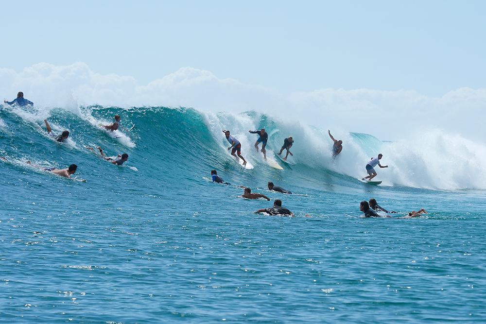 surf-crowd-lineup